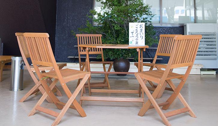 休憩のできるテーブルと椅子